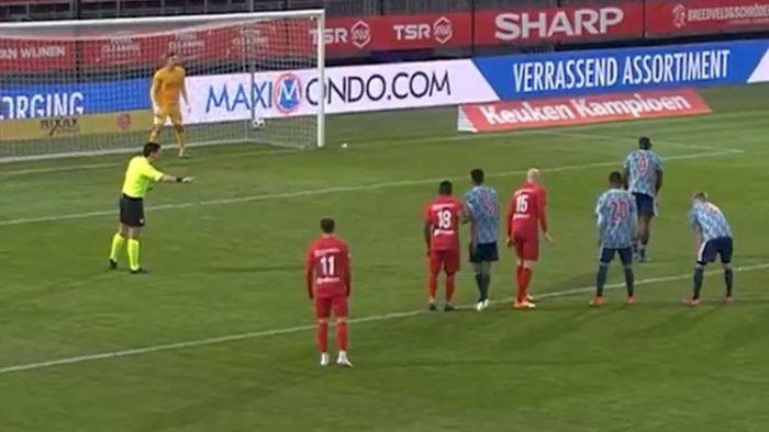 ركلة جزاء غير مسبوقة... الكرة خارج الملعب! (فيديو)