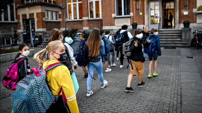 دولة تحظر استعمال الهواتف في المدارس
